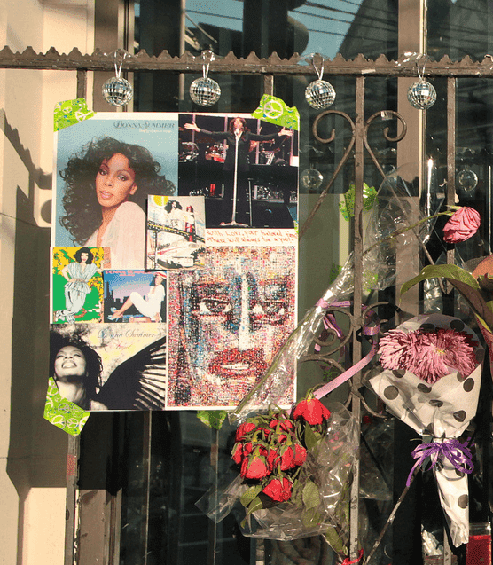Fan memorial to Summer in the Castro District, San Francisco. | Photo: Wikimedia Commons Images