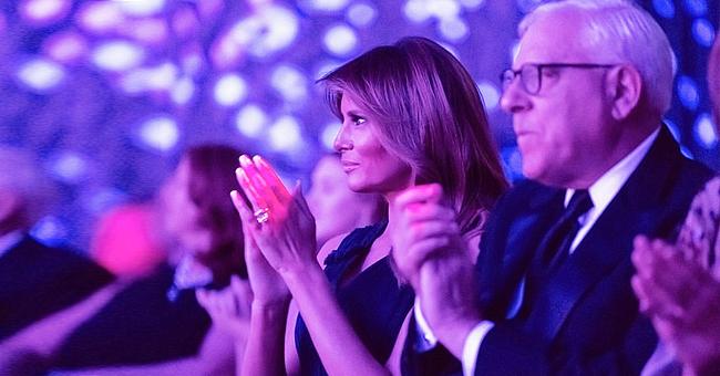 Melania Trump éblouissante dans une belle robe longue bleu marine au Kennedy Center