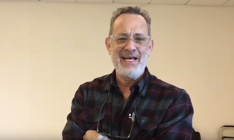Tom Hanks thanking Lieutenant Dan (Gary Sinise) for his humanitarian service. | Photo: YouTube/GarySiniseFoundation