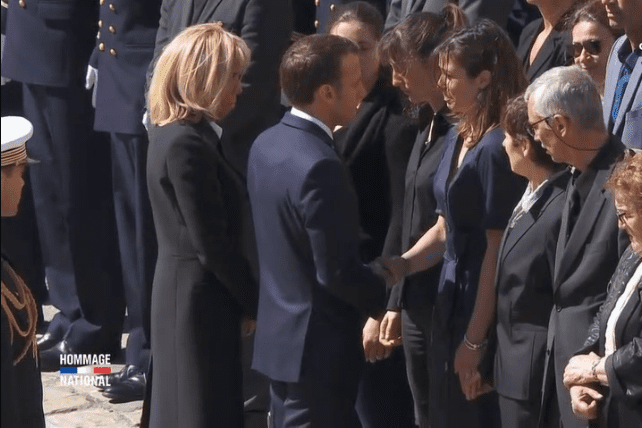 Le couple présidentiel réconforte la compagne d'Alain Bertoncello. | Closer Vidéo