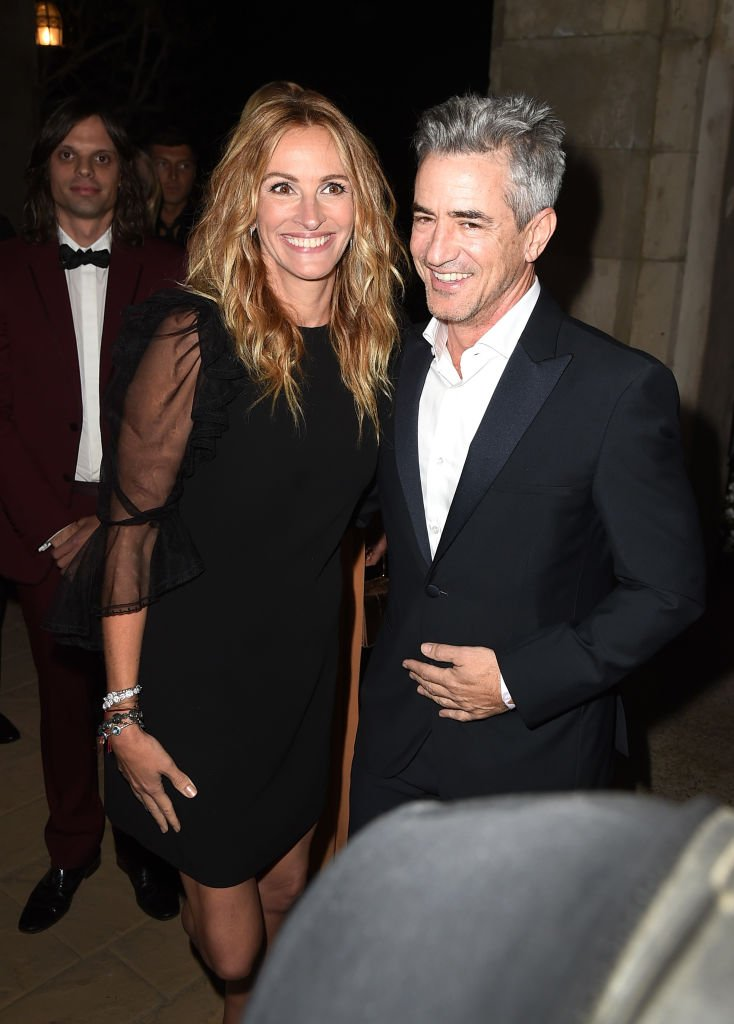 Julia Roberts and actor Dermot Mulroney attend the amfAR Gala Los Angeles 2017 at Ron Burkle's Green Acres Estate on October 13, 2017 in Beverly Hills, California. | Source: Getty Images