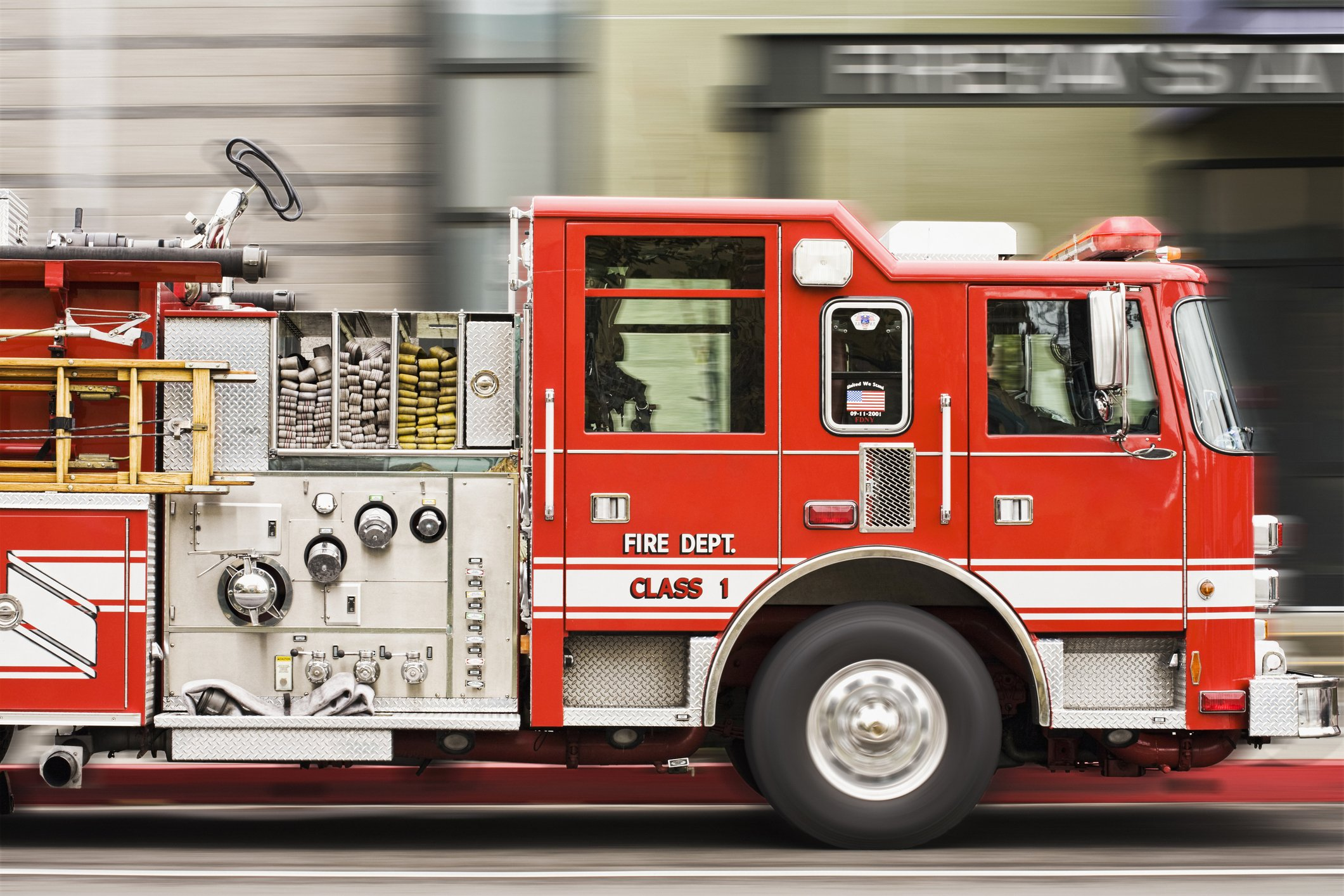 Blurred view of fire truck driving in city | Photo: Getty Images