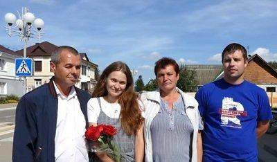 Yulia en la foto con el padre Viktor, la madre Lyudmila y el novio Ilya Kryukov. | Foto: Youtube/МВД Республики Беларусь