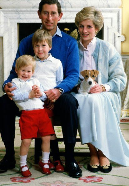 Le prince Charles et la princesse Diana chez  avec leurs fils, le prince William et le prince Harry. | Photo : Getty Images