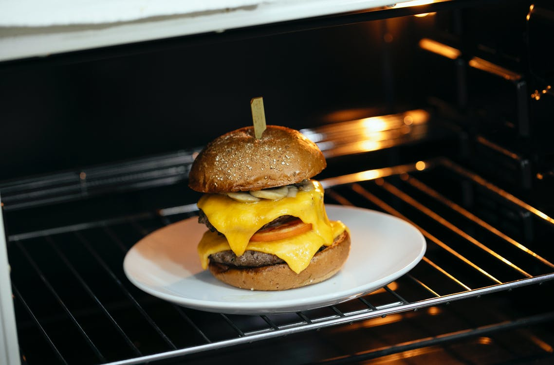 A photo of a burger on an oven rack. | Photo: Pexels