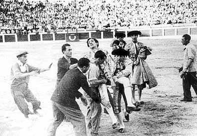 """Manuel Laureano """"Manolete"""" Rodríguez Sánchez, legendario torero español, tras ser herido de gravedad por el toro el 28 de agosto de 1947.   Imagen: Flickr"""