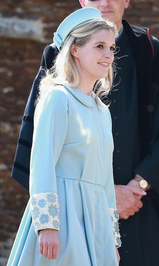 Sophie Carter arrive à l'église Sainte-Marie-Madeleine dans le domaine de Sandringham pour le baptême de la princesse Charlotte de Cambridge   Photo: Getty Images