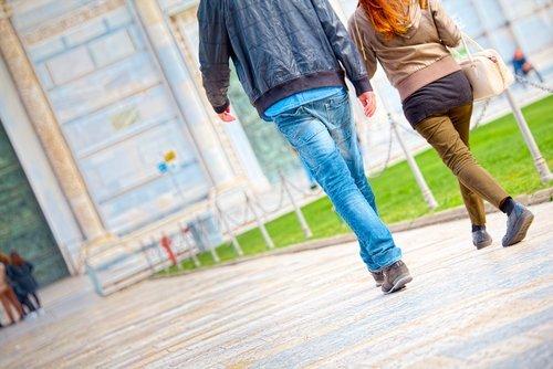 Couple en route pour la cathédrale | source : shutterstock
