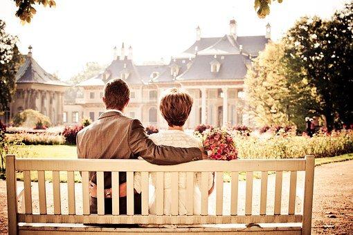 Couple regardant au loin | Photo : Pixabay