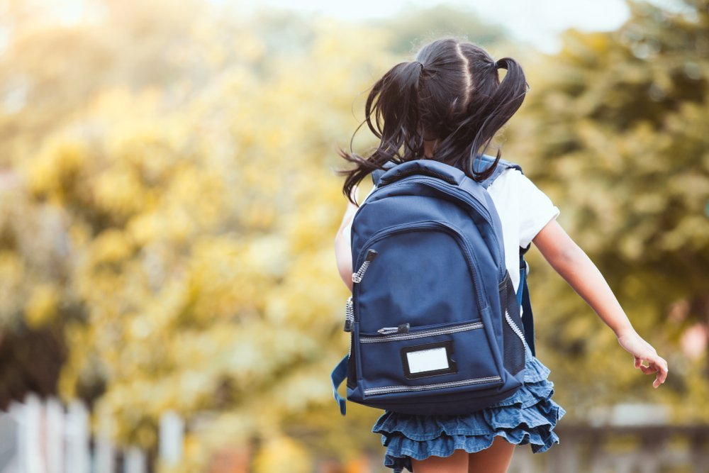 A little school girl with her backpack.| Photo: Shutterstock.