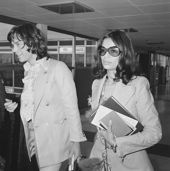 Mick and Bianca Jagger at London's Heathrow Airport on November 25, 1970. | Photo: Getty Images