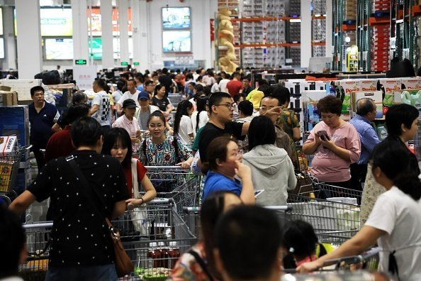 Customers shop at Costco's first outlet on August 29, 2019 in Shanghai, China. Costco Wholesale Corp. opened its first store in the mainland China on Tuesday | Photo: Getty Images