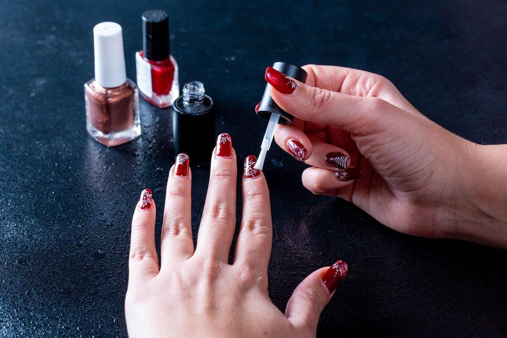Mujer pinta sus uñas   Foto: Flickr