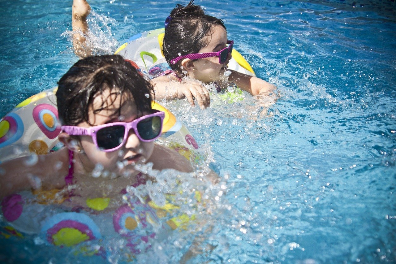 Young children wearing sunglasses and swimming gear in a pool   Photo: Pixabay/Pexels