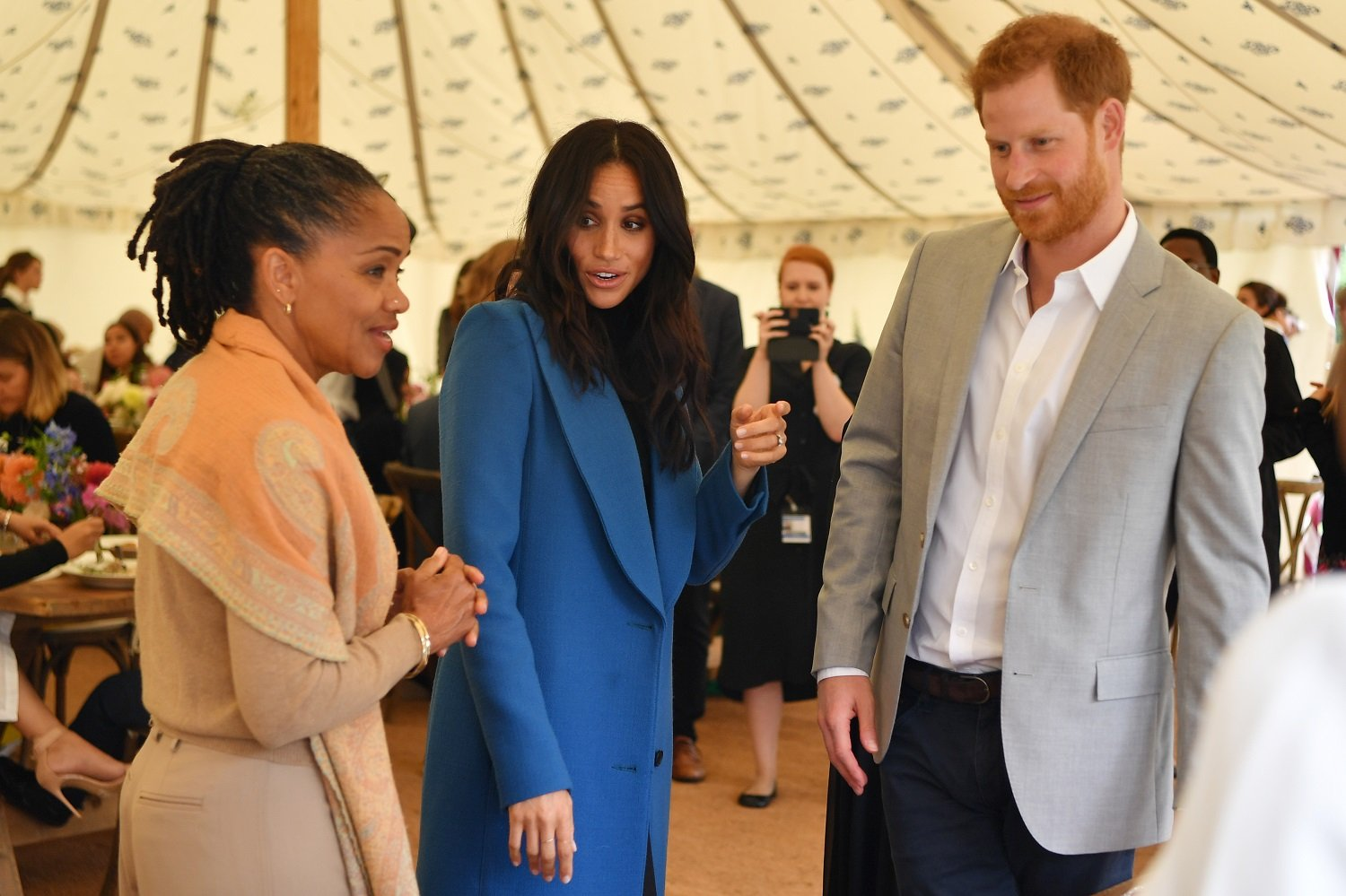 Meghan, Duquesa de Sussex (C) llega con su madre Doria Ragland (I) y el Príncipe Enrique, Duque de Sussex en el evento 'Together' Cookbook Launch en el Palacio de Kensington el 20 de septiembre de 2018 en Londres, Inglaterra. | Imagen: Getty Images/GlobalImagesUkraine