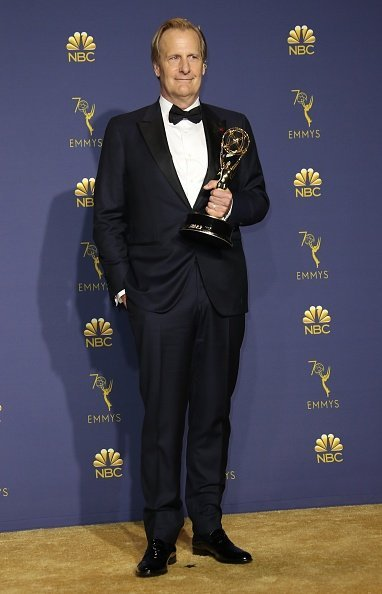 Jeff Daniels poses with the Outstanding Supporting Actor | Photo: Getty Images