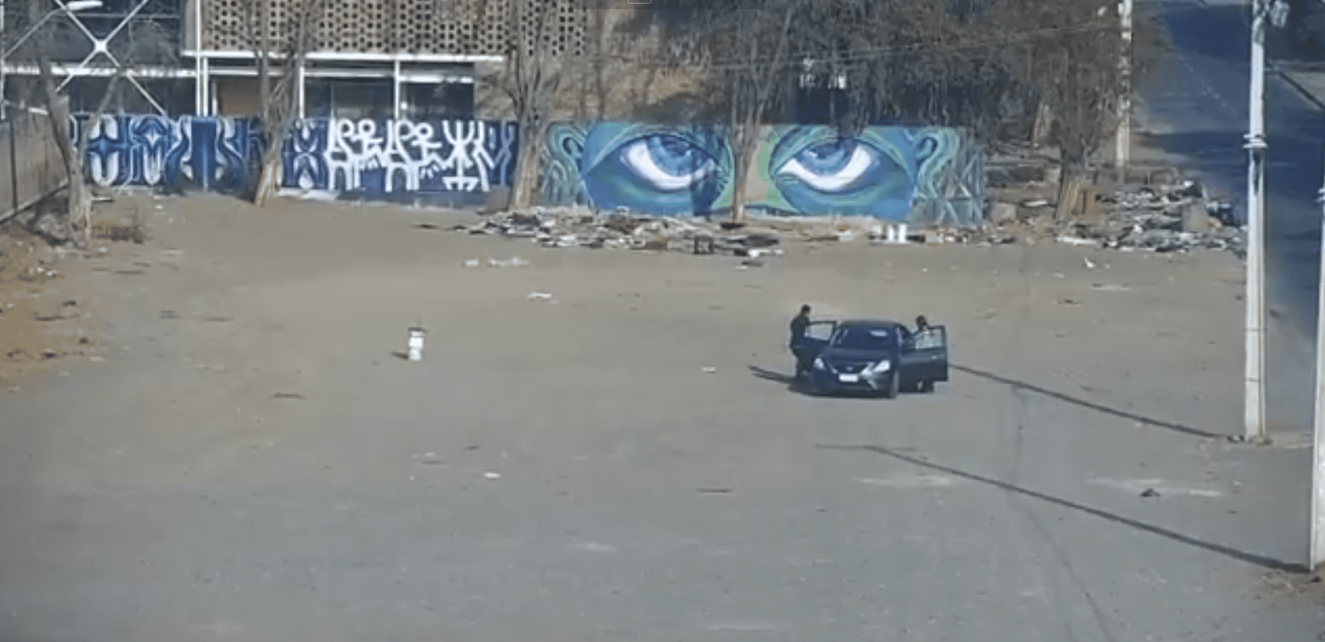 La voiture s'est arrêtée au milieu de la rue.| Photo : Twitter/MuniLaPintana