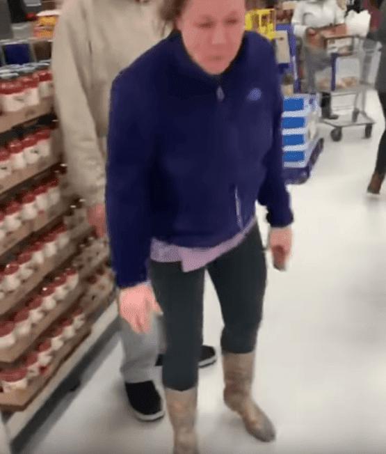 Une femme blanche est surprise en train d'attaquer un couple noir dans un supermarché ShopRite. l Source: YouTube/JustRandomStuff