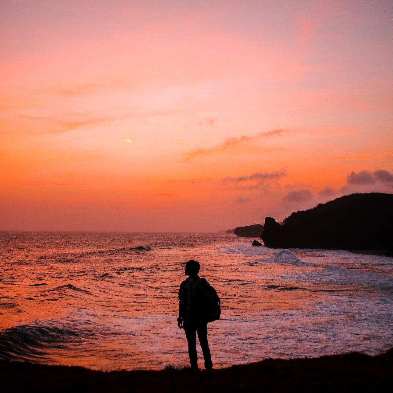 Photo of a man standing in the seashore | Photo: Pexels