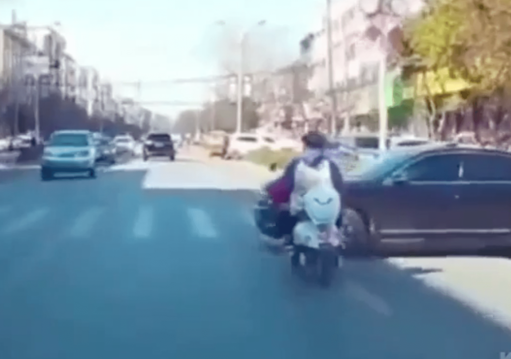 Woman texts while driving, causing an accident   Photo: Reddit/Whatcouldgowrong