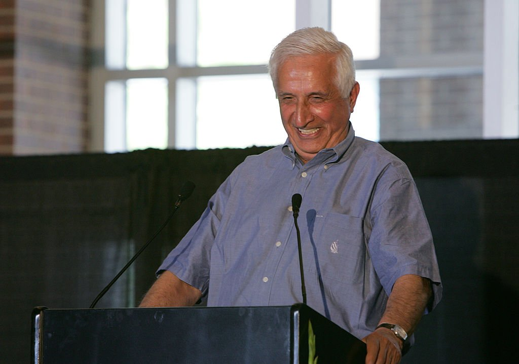 Late Sid Hartman explained how the Minneapolis Lakers acquired George Mikan during the Mikan memorial service July 31, 2005 at the Target Center in Minneapolis, Minnesota. | Photo: Getty Images