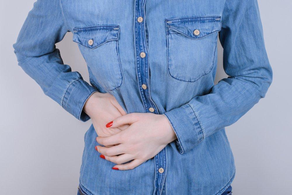 Une femme avec un problème d'estomac. | Photo : Shutterstock