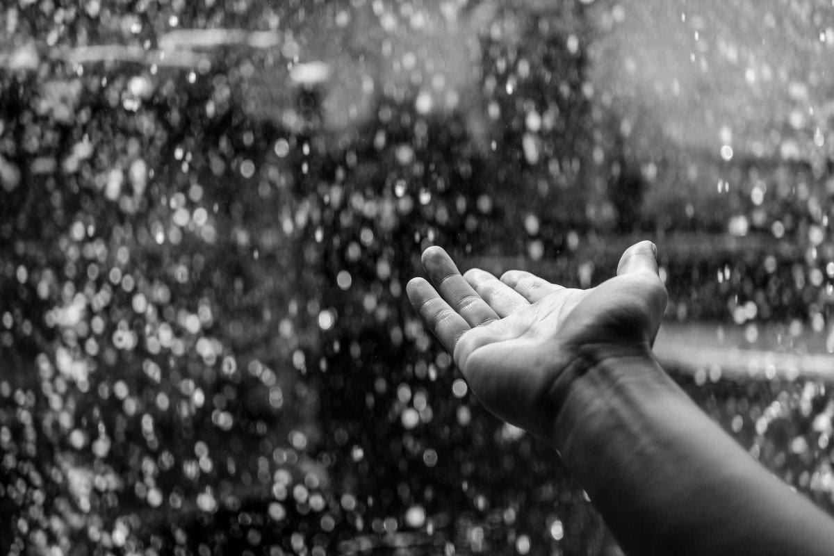 Mano bajo la lluvia. | Imagen: PxHere