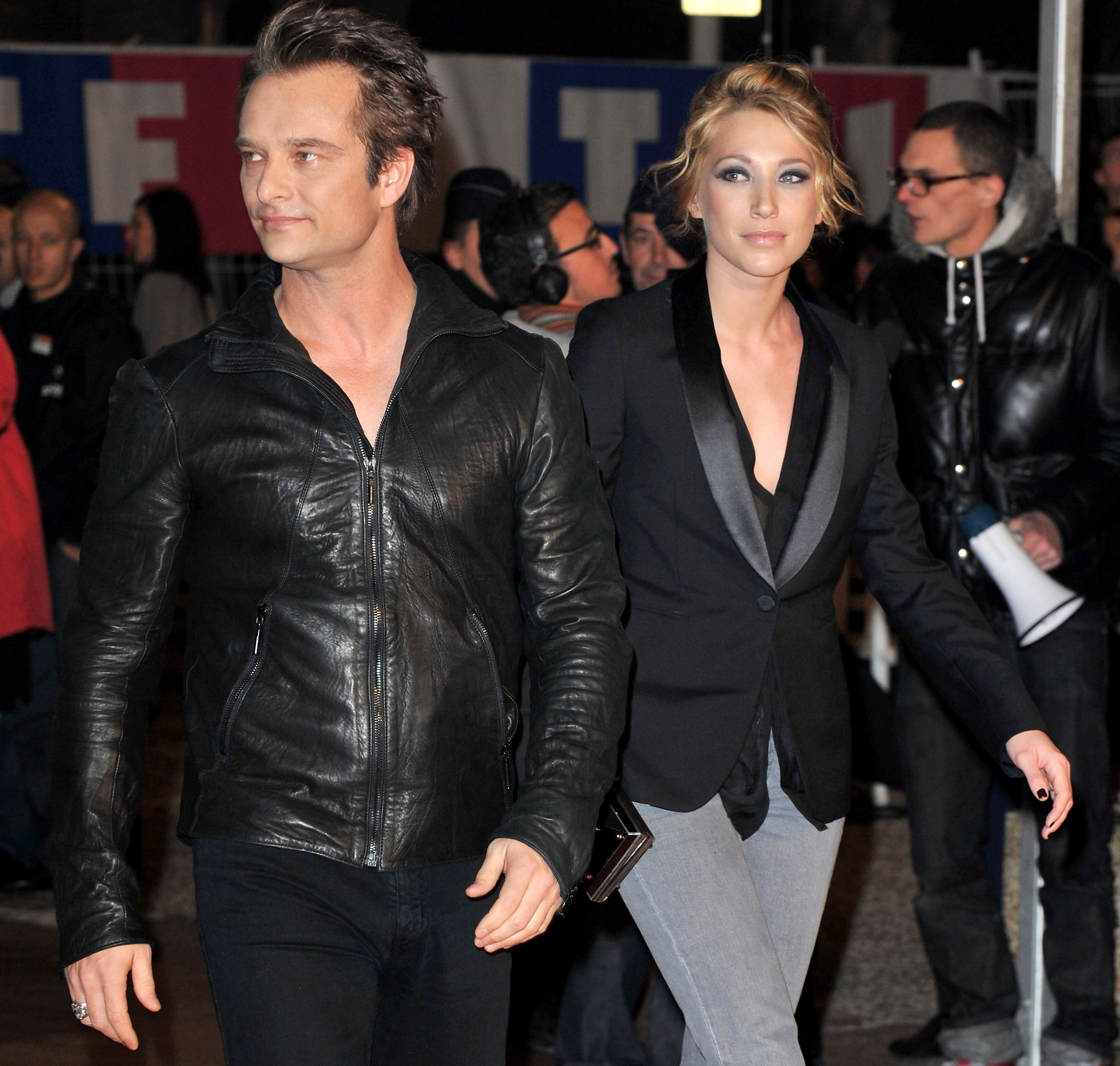 David Hallyday et Laura Smet arrivent au Palais des Festivals pour assister aux NRJ Music Awards le 23 janvier 2010 à Cannes. | Photo : Getty Images