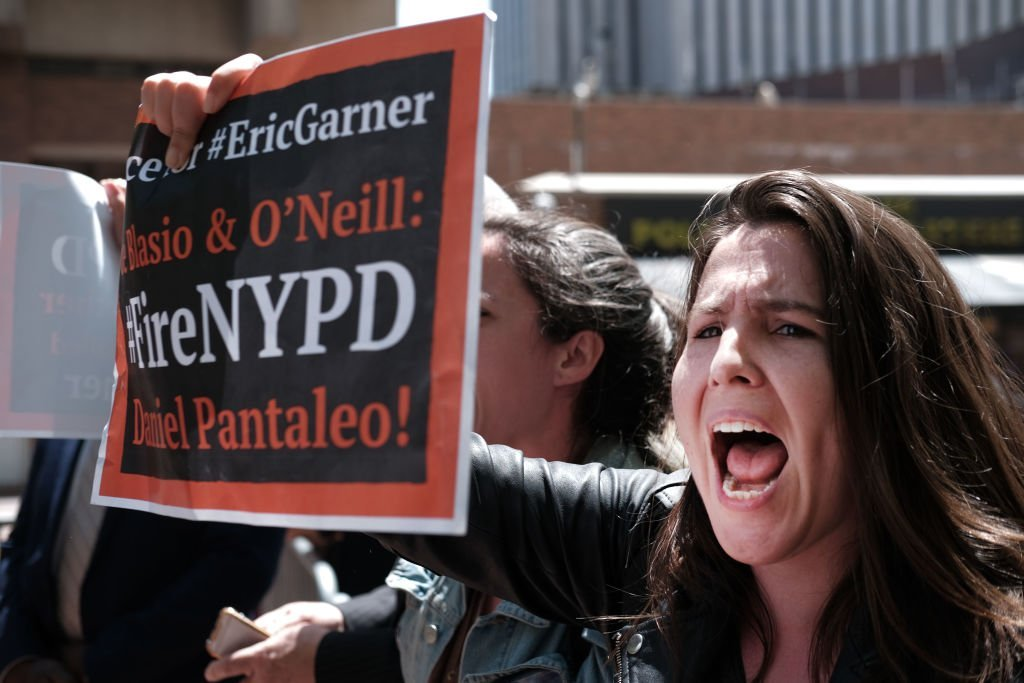 Protesters gather outside of Police Headquarters in Manhattan to protest against the events that led to Garner's death during an arrest in July 2014 | Photo: Getty Images