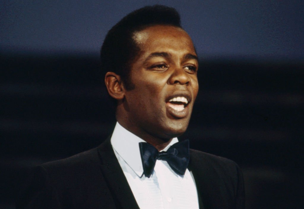 Lou Rawls appearing on the ABC tv series 'Thursday Night Special' on April 21, 1977. | Photo: Getty Images