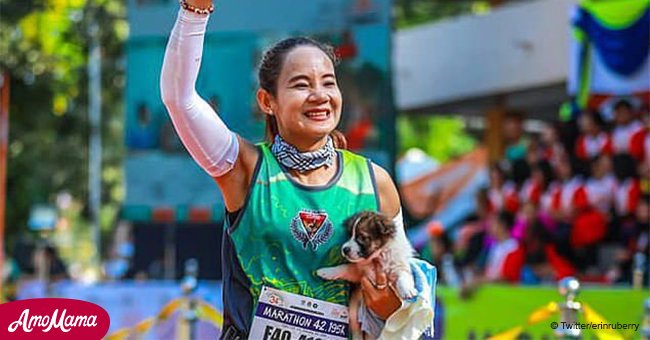 Marathon runner finds a lost puppy during a run and carries it 19 miles in her arms