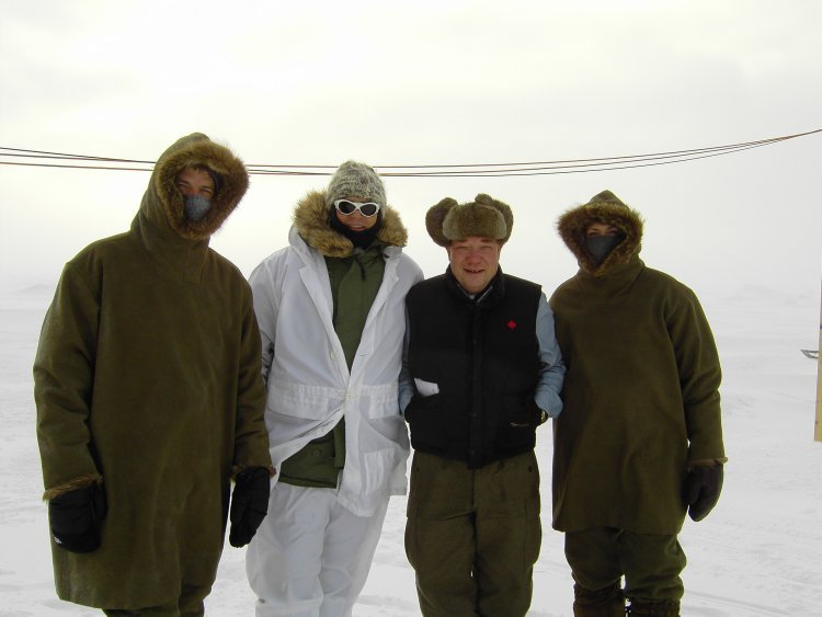 Ben Browder, Richard Dean Anderson, Barry Campbell and Amanda Tapping in the Arctic filming Stargate Continuum in early 2007 | Source: Wikimedia Commons