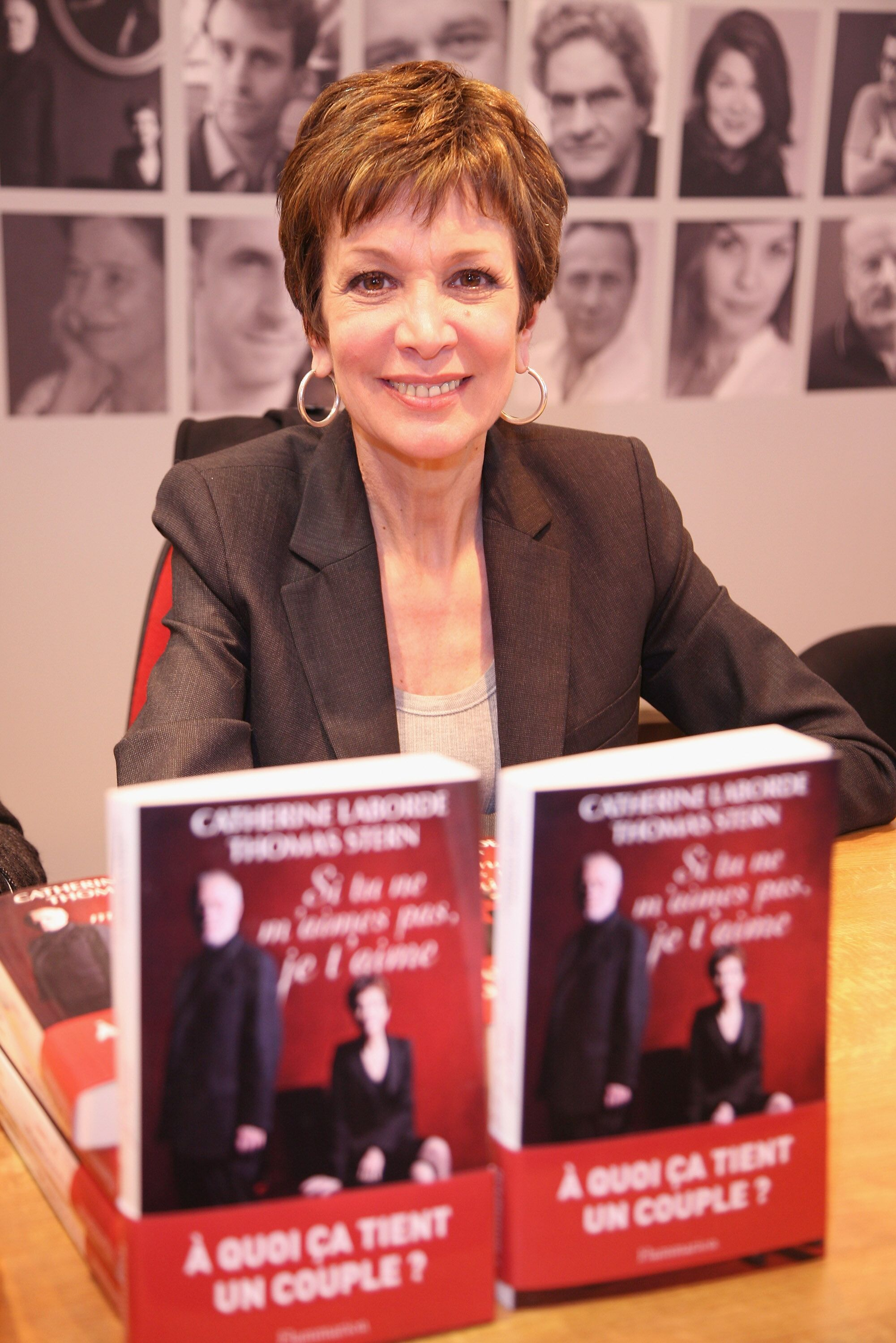 Catherine Laborde signe des exemplaires de son livre au 30e salon du livre de la Porte de Versailles le 27 mars 2010 à Paris, France. | Photo : Getty Images