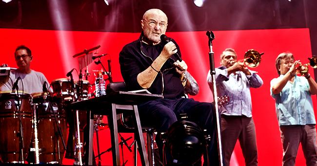 Le chanteur Phil Collins tombe de sa chaise sur scène lors d'un concert aux Etats-Unis