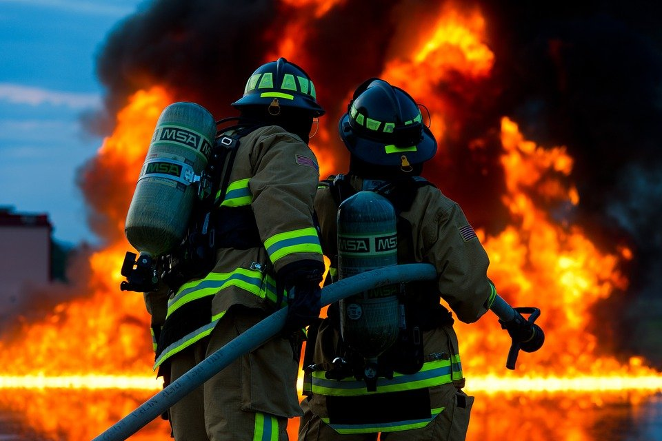 Deux sapeurs pompiers qui tiennent un tuyau d'incendie   Photo : Pixabay