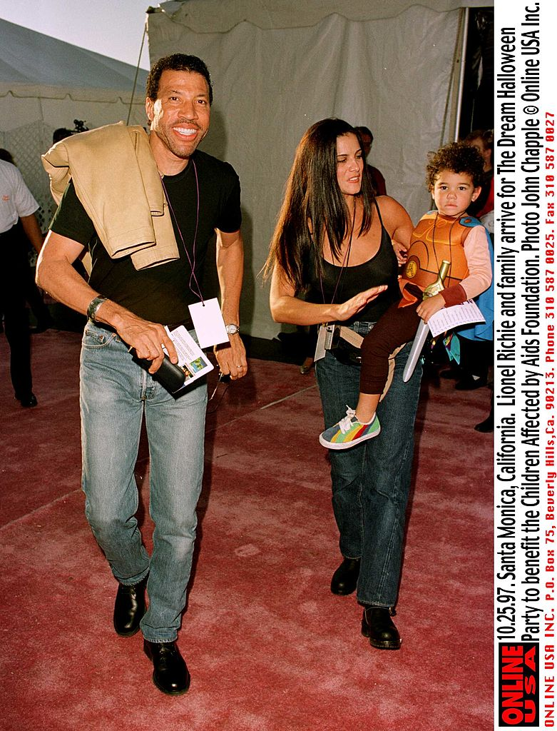 Lionel Richie with Diane Alexander and their son, Miles arrive for The Dream Halloween party on October 25, 1997 | Photo: Getty Images