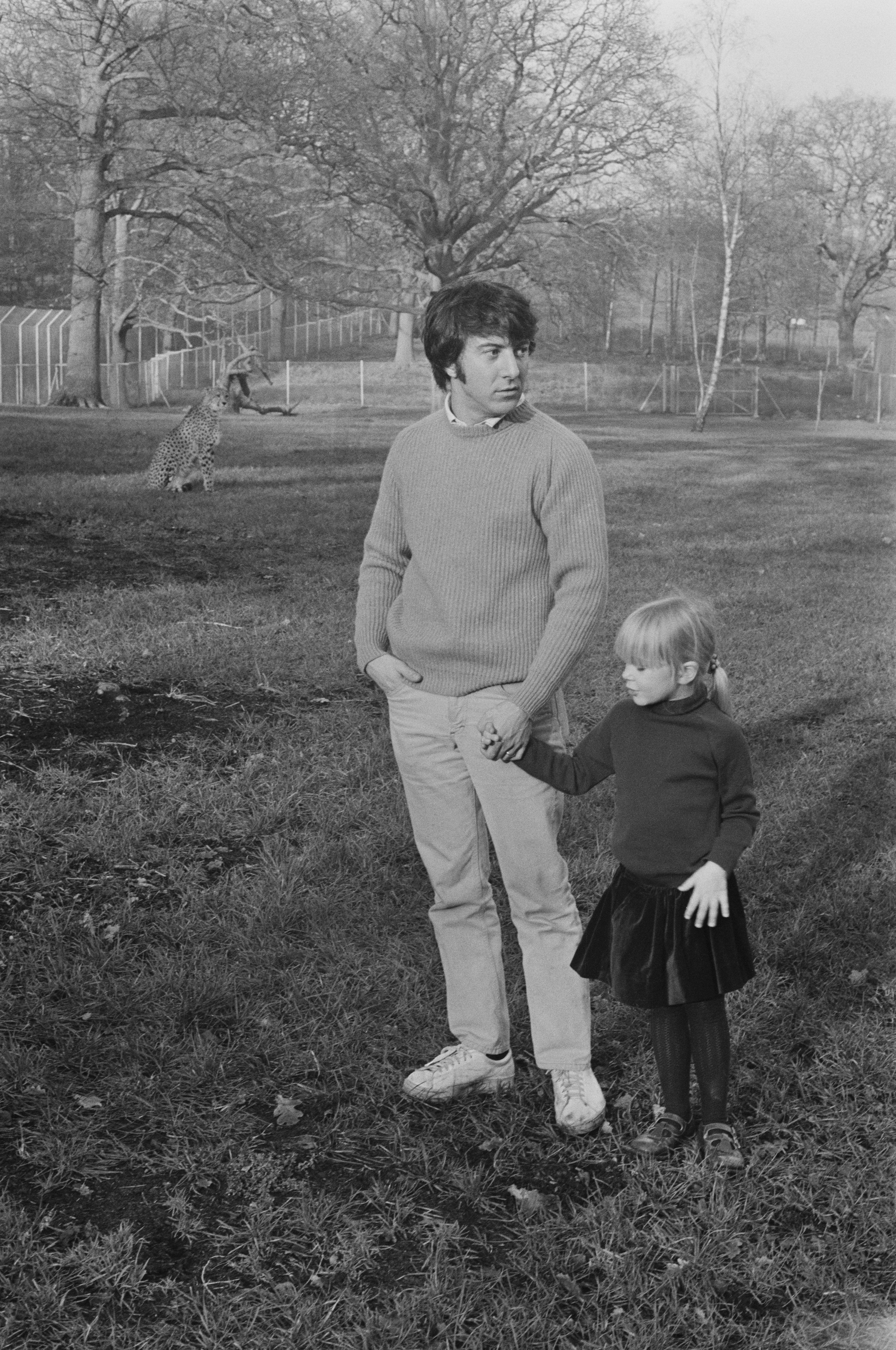 Dustin Hoffman and his adopted daughter Karina being watched by a cheetah at Windsor Safari Park, UK, January 10, 1971. | Source: Getty Images.