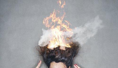 Une femme brune avec les cheveux en feu. | Shutterstock