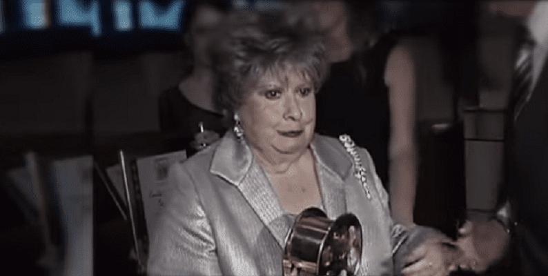 Evita Muñoz recibiendo un premio. | Imagen: YouTube/Ventaneando