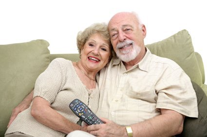 Un couple de seniors regardant la télé | Photo: Flickr