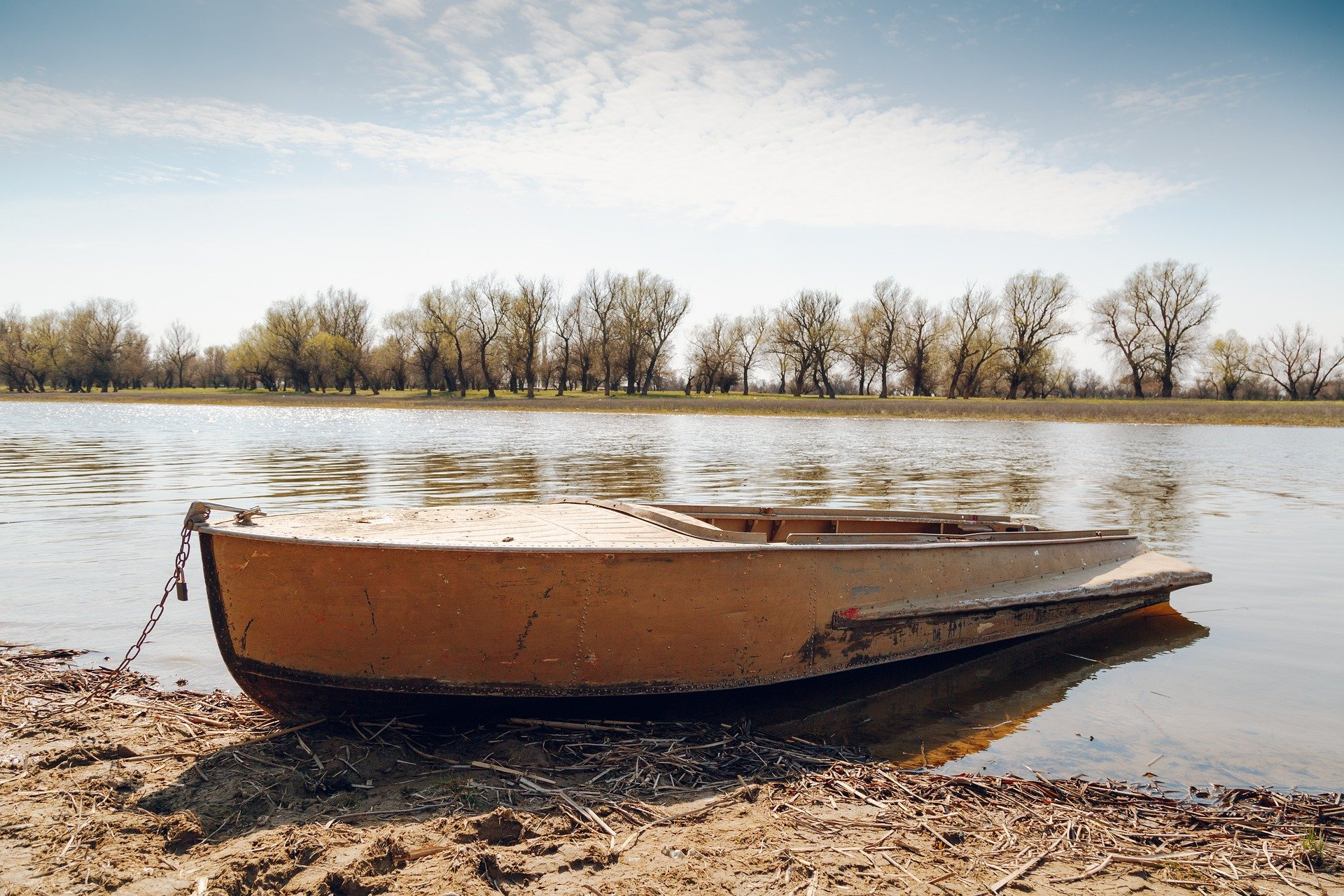 A boat in the river   Photo: Pixabay