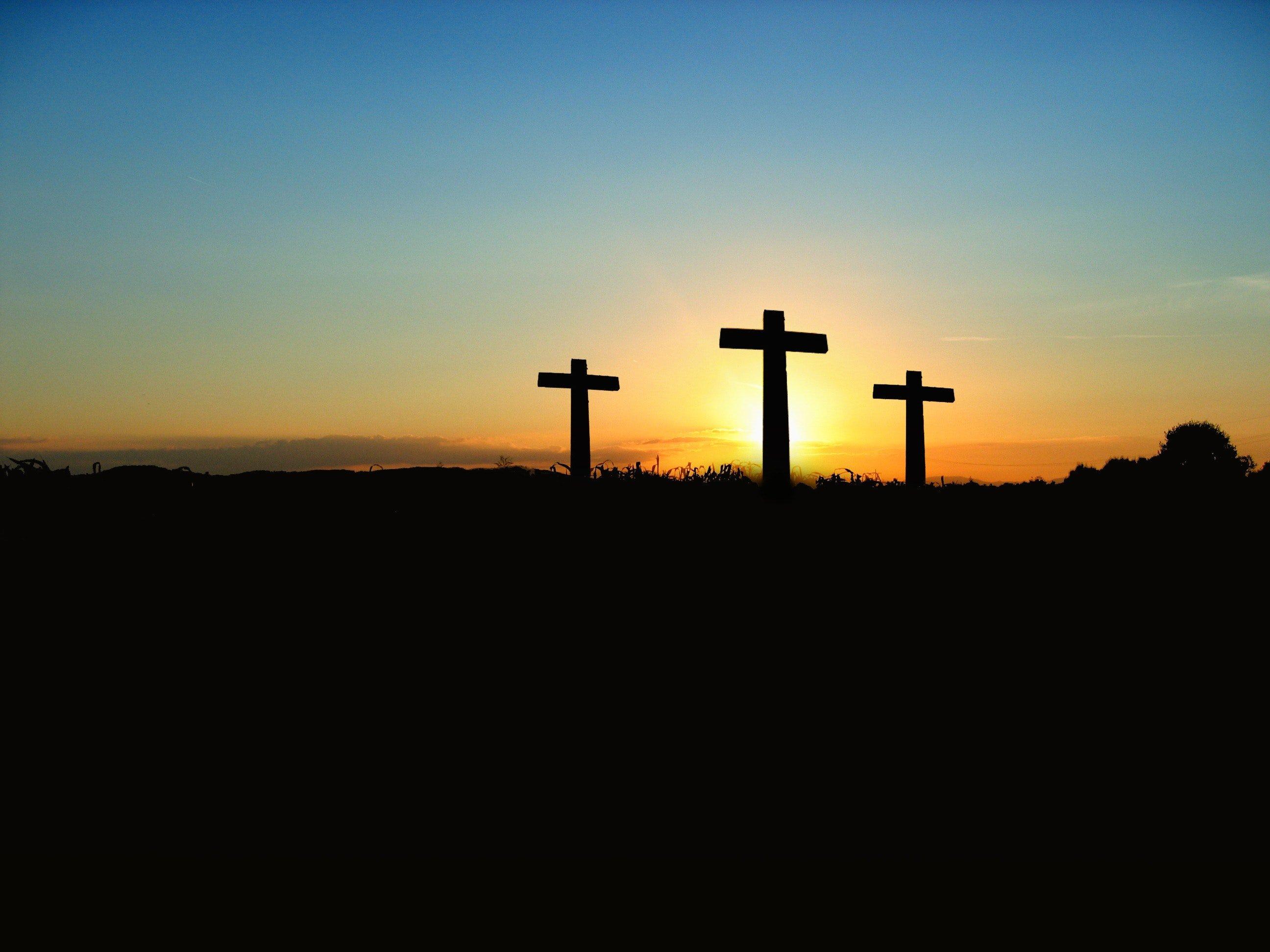 Tres cruces al atardecer. Fuente: Pexels