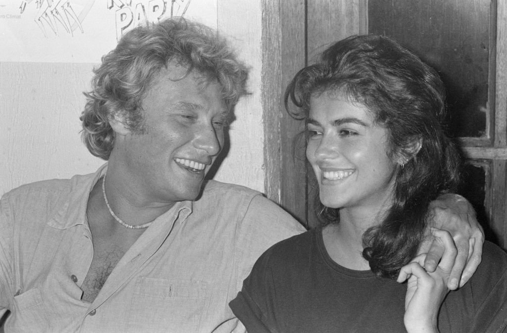 Johnny Hallyday et Babeth Étienne, souriants. | Photo : Getty Images