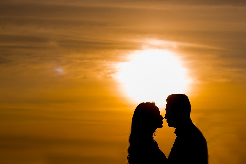 Romantic couple in the sunset l Image: Pixabay