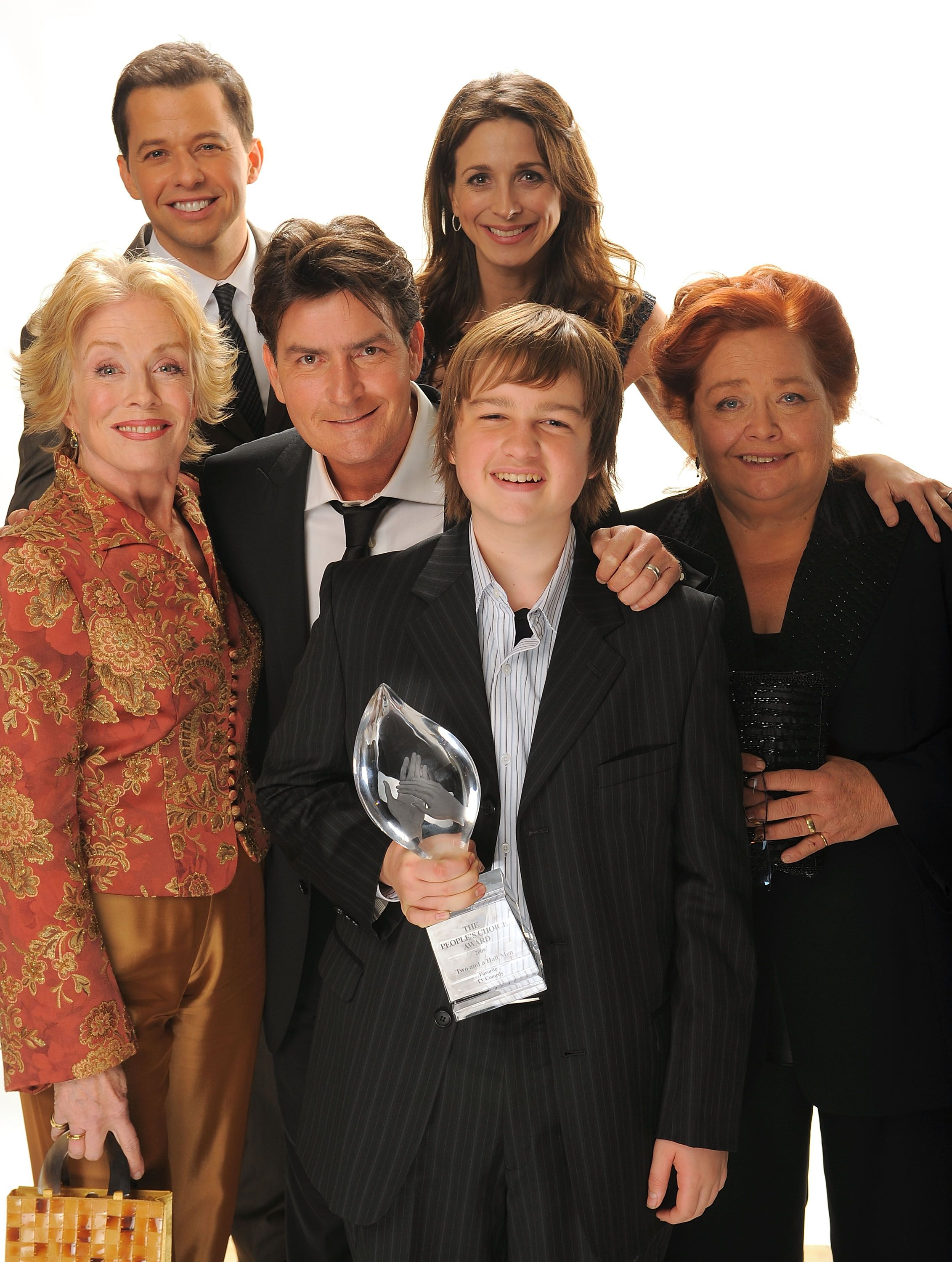 Holland Taylor, Jon Cryer, Charlie Sheen, Marin Hinkle, Angus T. Jones, and Conchata Ferrell at the 35th Annual People's Choice Awards in 2009 in Los Angeles | Source: Getty Images