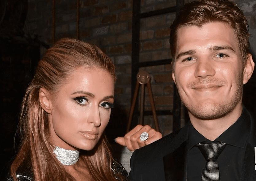 Paris Hilton pictured with Chris Zylka. | Photo: YouTube/E! News