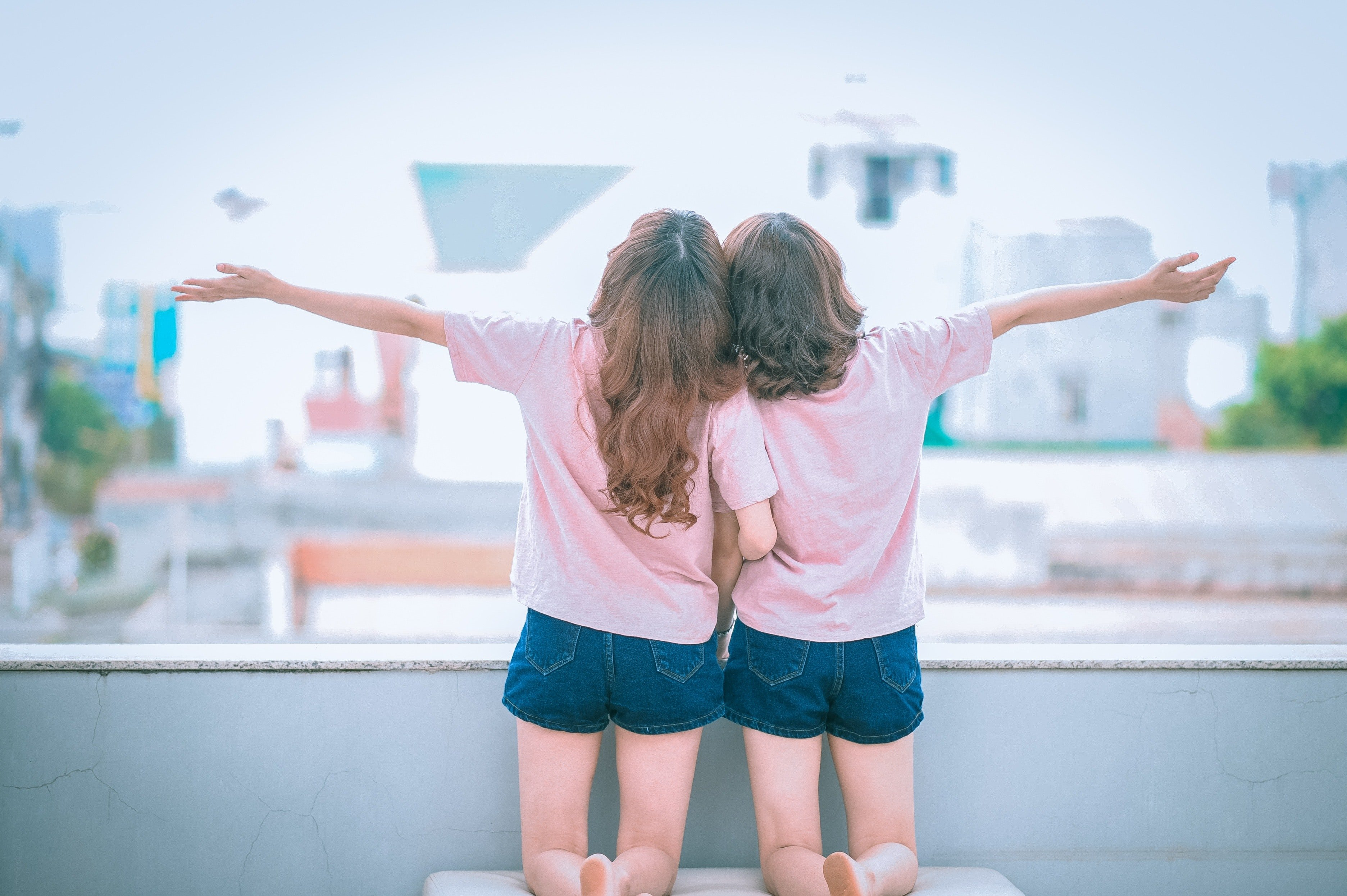 An image of young twin girls   Photo: Pexels