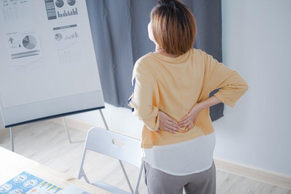 Frau mit Rückenschmerzen | Quelle: Shutterstock