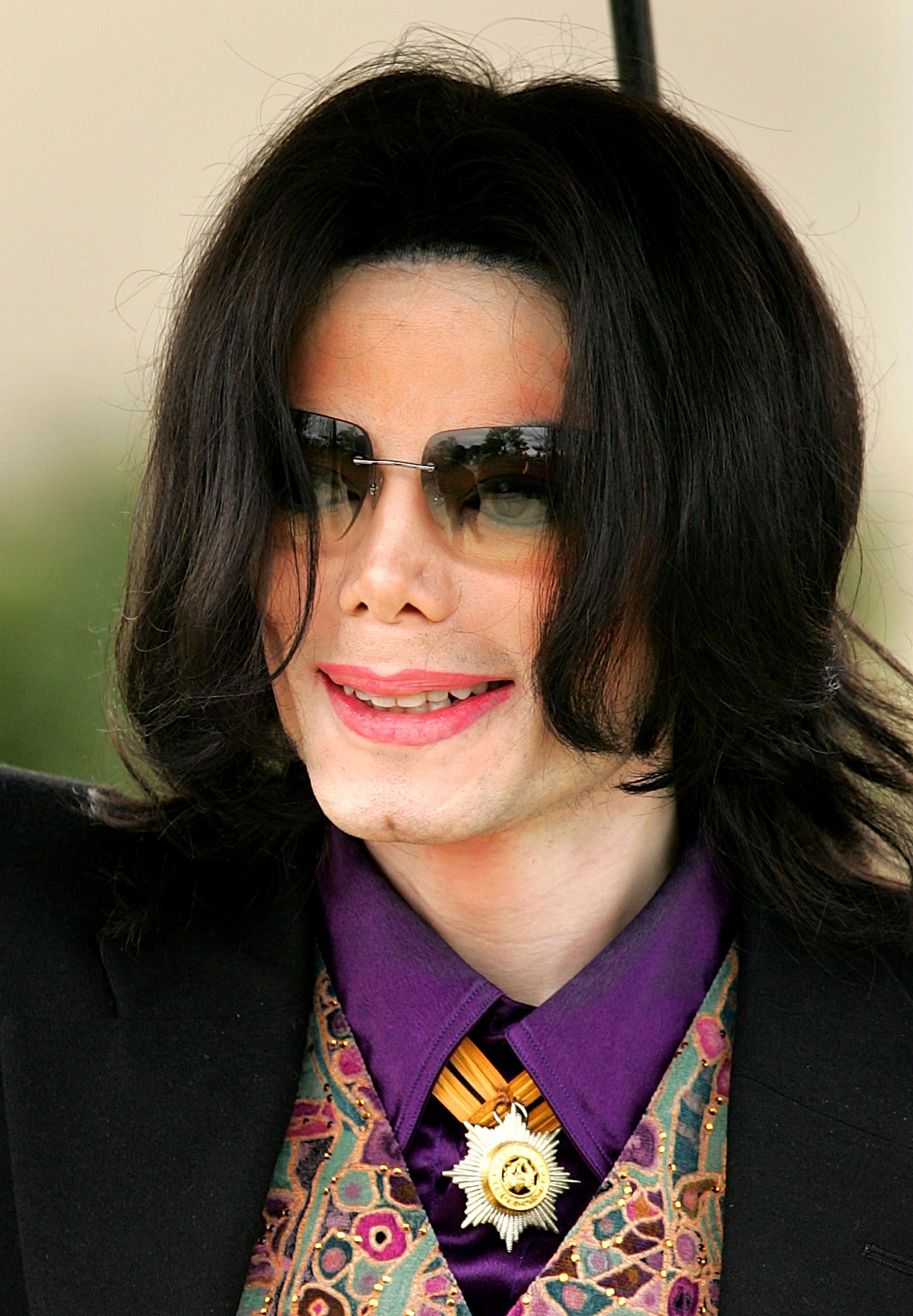 Michael Jackson walks out of court on March 3, 2005 in Santa Maria, California | Photo: Getty Images