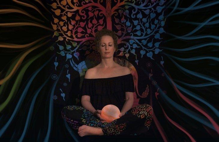 Mujer sentada medita | Foto: Pixabay